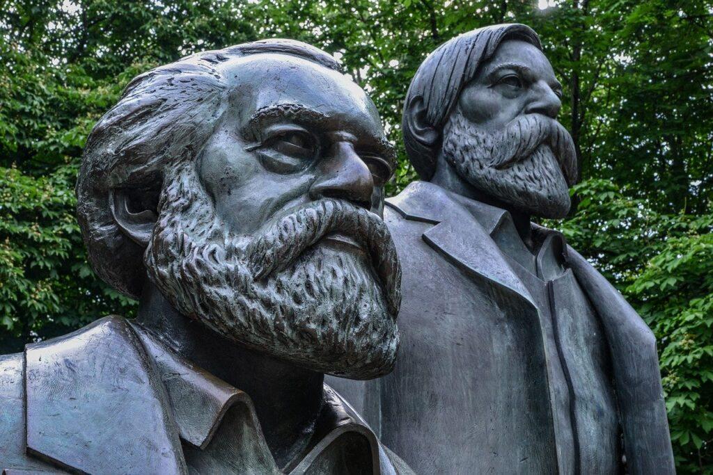 Bild på statyer av Karl Marx och Friedrich Engels